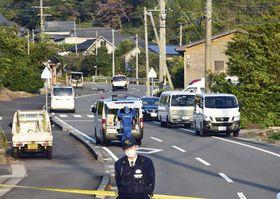 住宅で女性の他殺体が見つかった現場付近=20日午後4時29分、鹿児島県長島町