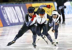 公式練習で隊列を組んで滑る(左から)高木美帆選手、佐藤綾乃選手、高木菜那選手(金田翔撮影)