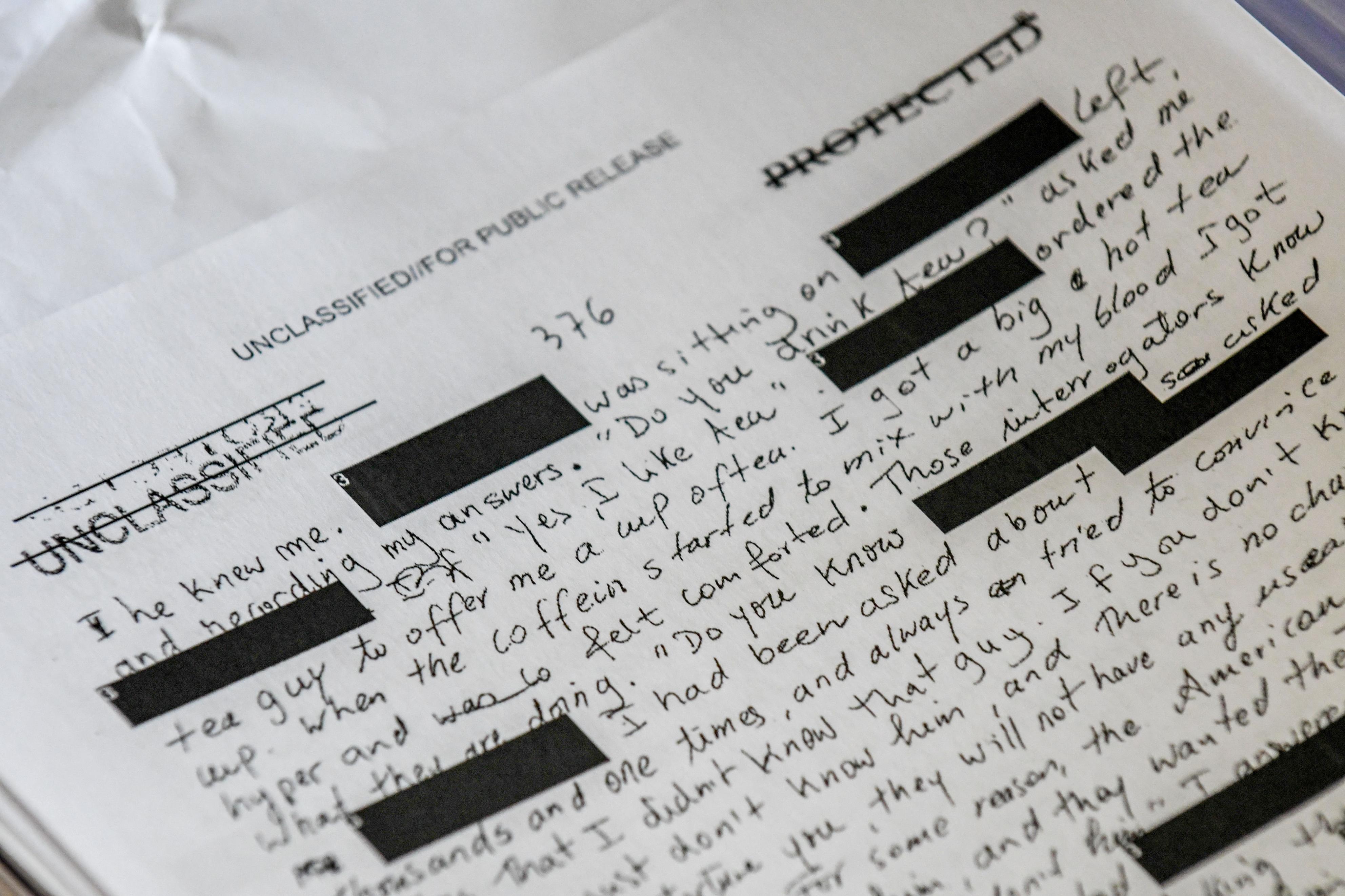 手記「グアンタナモ収容所」の原稿コピー。弁護士の請求で公開されるまで「機密」扱いだった。7年間の検閲で、数千カ所が黒塗りされた(撮影・中野智明、共同)
