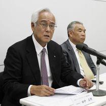 記者会見する日本ペイントホールディングスの田中正明会長(左)=20日、大阪市