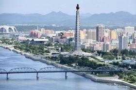 北朝鮮の首都平壌を流れる大同江。右岸にそびえるのは主体思想塔=5日(共同)