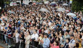参院選の選挙戦で最後の日曜を迎え、立候補者らの街頭演説に耳を傾ける聴衆=14日午後、東京都品川区(画像の一部をモザイク加工しています)