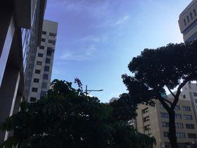 午後5時ごろの那覇市内、澄み渡る青空。明日も、これからも、平和でありますように。