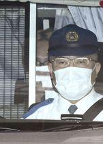 送検のため警視庁月島署を出る浦田直也容疑者(左奥)=21日午前8時23分