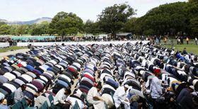 銃乱射事件があったヌール・モスク前の公園で、集団礼拝するイスラム教徒=22日、ニュージーランド・クライストチャーチ(共同)