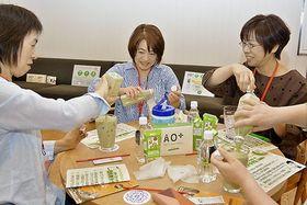 エーオープラスを使って豆乳ラテ作りに挑戦する参加者