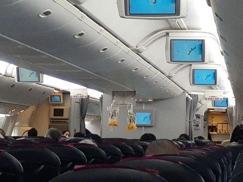 那覇空港に引き返した日本航空904便の機内(乗客提供)
