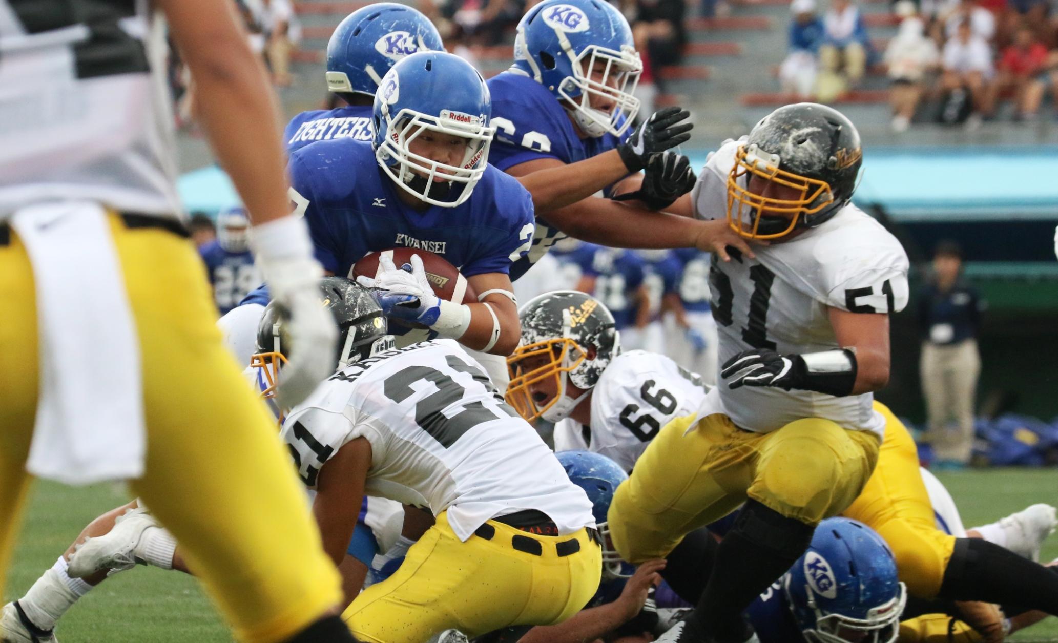 力強いラン攻撃を展開するブルーのジャージーの関西学院=撮影:山口雅弘