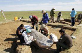 「ドンゴイン・シレー碑文遺跡」の発掘作業(モンゴル国科学アカデミー提供)
