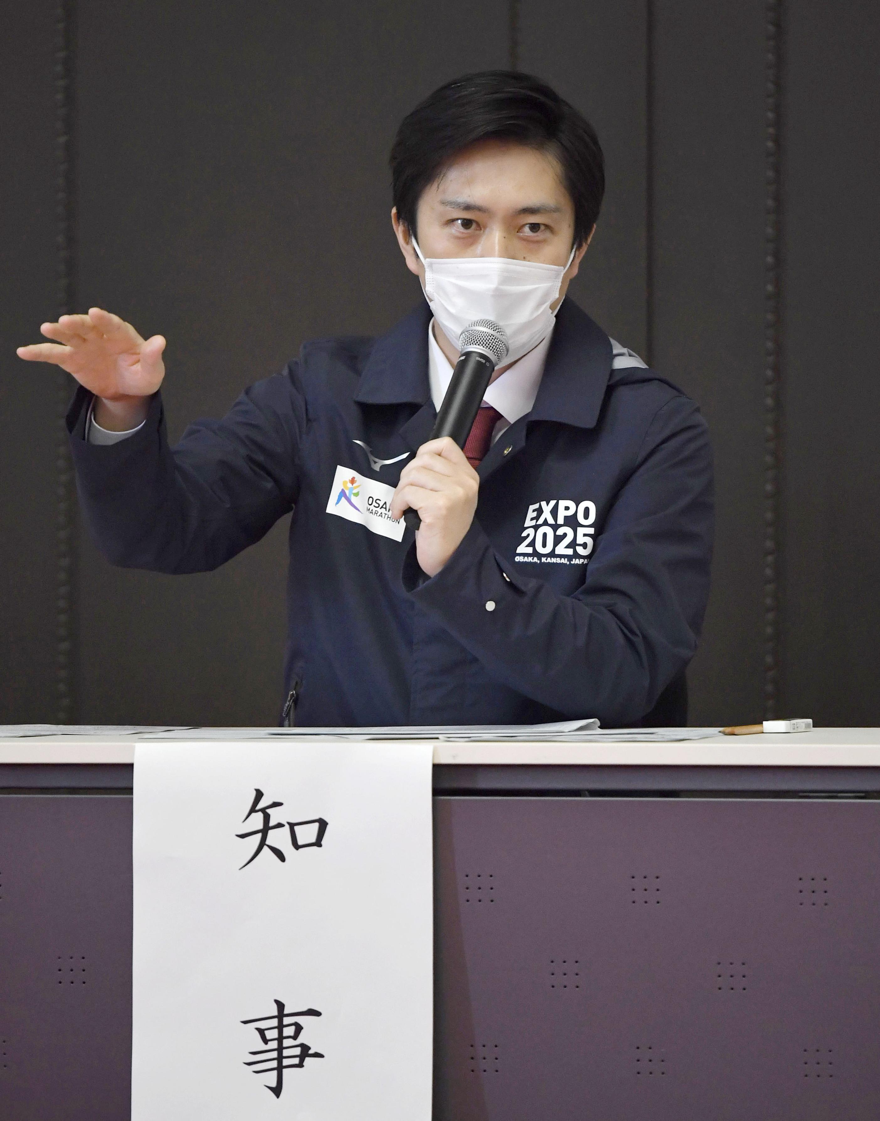大阪府庁で開かれた新型コロナウイルス対策本部会議で発言する吉村洋文知事=2日午後