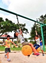 公園の遊具で元気いっぱいに遊ぶ子どもたち=20日、沖縄市・県総合運動公園(落合綾子撮影)