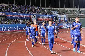 格上の仙台に0-1で敗れ、悔しそうな表情を浮かべる選手たち=県総合運動公園陸上競技場