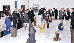 現代工芸美術家協会の作家陣の秀作に見入る来場者=金沢21世紀美術館