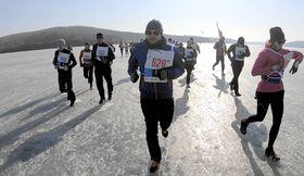 凍結した海の上を走るランナー=23日、ロシア・ウラジオストク(共同)