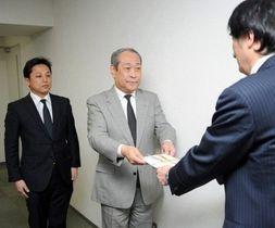 松田会長(右)に目録を手渡す斉藤代表理事