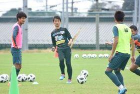 仙台戦が初陣となる金明輝コーチ(中央)。選手たちと積極的に関わり、士気を高めている=鳥栖市北部グラウンド