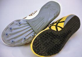 桐生祥秀が9秒98をマークしたときのシューズ(左)の裏にはピンが6本ある。次世代シューズ(右)にピンはなく、カーボンファイバー素材をベースとした複雑な立体構造を靴底に取り入れている