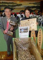 ダブル受賞した藤島さん(左)と、花枝さん=対馬市、美津島体育館