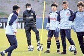 大井(右から2人目)らの練習を見つめる中山雅史コーチ(左から2人目)=ヤマハ大久保グラウンド