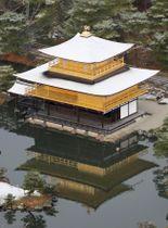この冬初めて雪化粧した姿を見せた金閣寺=14日午前8時20分、京都市(共同通信社ヘリから)