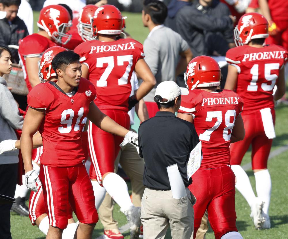 チームメートに声をかける日大の宮川泰介選手(左)=11月17日・横浜スタジアム