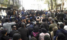 16日、イラン北部で起きた抗議デモ(AP=共同)