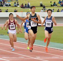 男子800メートル決勝 最後の直線で抜け出し、優勝した村里春樹(右から2人目、盛岡南)。左は3位の佐々木塁(盛岡一)=北上市・北上総合運動公園陸上競技場