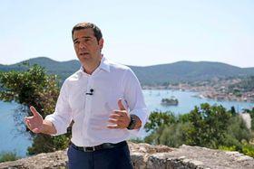 21日、ギリシャ西部イタケー島で演説するチプラス首相(AP=共同)