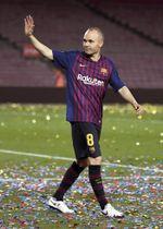 スペイン1部リーグで最後の試合を終え、手を振るバルセロナのイニエスタ=バルセロナ(ゲッティ=共同)