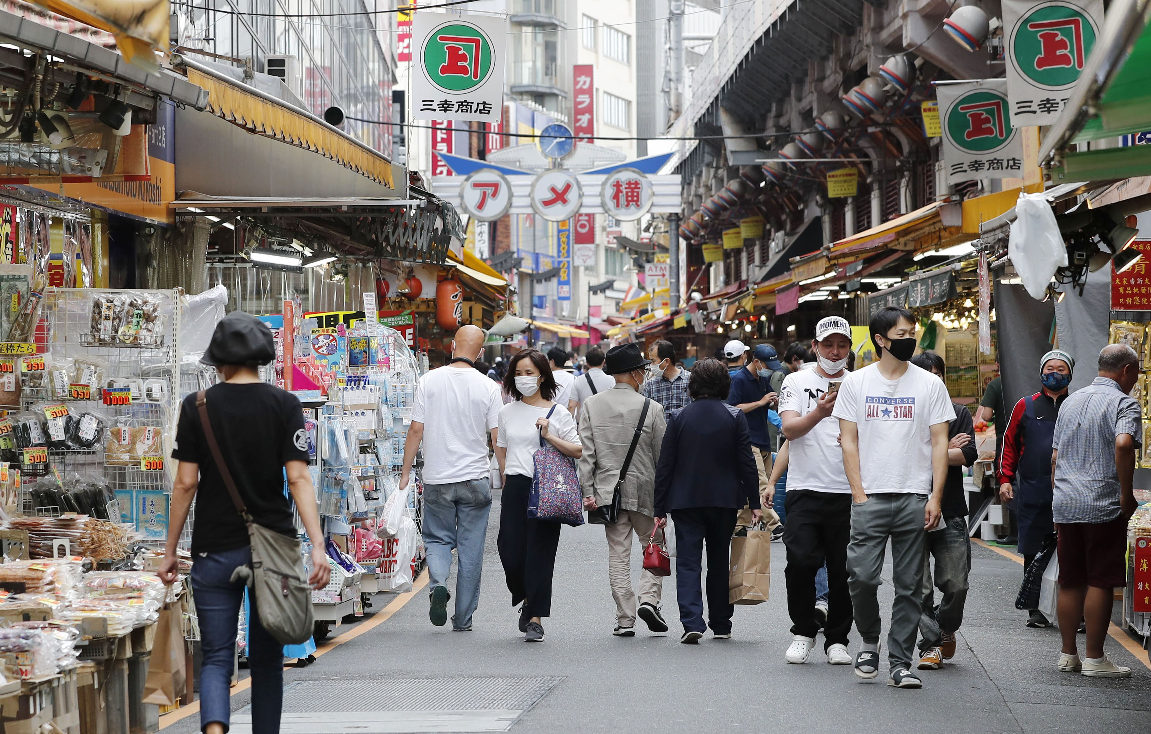 買い物客が行き交う東京・上野のアメ横商店街=25日午後