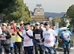 「世界遺産姫路城マラソン2019」でスタートする大勢の参加者=24日、兵庫県姫路市