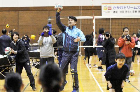 サーブレシーブの練習で参加者へサーブを放つ植田さん=東かがわ市とらまるてぶくろ体育館