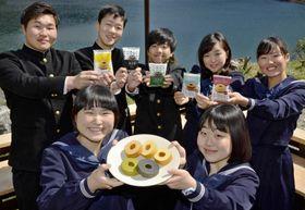 高知商業高の生徒や城西館などが開発した県産品のバウムクーヘン(仁淀川町の「茶農家の店 あすなろ」)