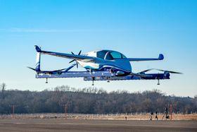 米バージニア州で試験飛行するボーイング社の「空飛ぶタクシー」試作機=22日、マナサス(ロイター=共同)