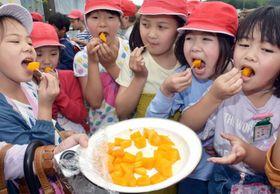 マンゴーを試食する大崎小学校の児童=大崎町永吉