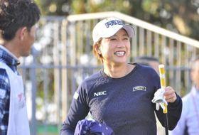 プロアマ戦で、関係者らと談笑しながらプレーするプロギア契約の原江里菜選手(14日午前、土佐CC)