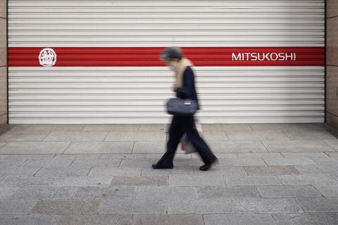 一部の売り場を除いて臨時休業している東京・銀座の百貨店前=11日午後