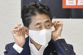 自民党役員会に臨む安倍首相=4日午前、東京・永田町の党本部