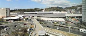 在来線新駅舎が完成したJR熊本駅の白川口(東口)。駅前広場北側の隣接地(右の重機がある部分)には「熊本駅北ビル」、駅舎南側(左端)には駅ビルが建設される=16日、熊本市西区(小野宏明)