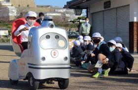 自動運転カーの乗り心地を体験する子どもたち=姫路市本町