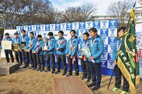 箱根初制覇の喜びを語る両角監督(右から2人目)と選手たち=平塚市で