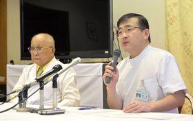 熊本市の慈恵病院で「内密出産制度」について記者会見する蓮田健副院長(右)と蓮田太二理事長=16日午前
