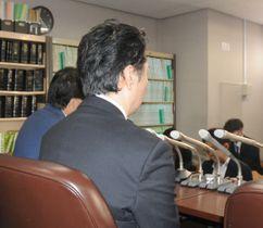 判決を受けて記者会見する遺族の男性ら=5日午後5時半ごろ、東京・霞が関の司法記者クラブ