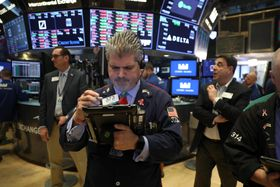 ニューヨーク証券取引所のトレーダーたち=15日(ゲッティ=共同)
