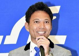 福井ユナイテッドFCの入団会見で意気込みを語る我那覇和樹=福井県福井市のベル