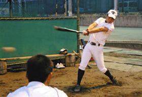 打撃練習に励む福井優也選手=浜松市中区の浜松商高で