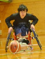 バスケットボールを追う村上一矢さん(高知市本宮町の高知特別支援学校)
