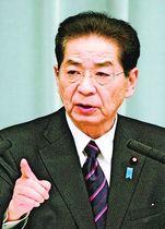 記者会見する仙谷由人官房長官=2010年12月、首相官邸