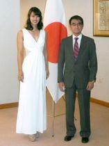 記念撮影する河野外相と2017年ミス・ユニバース日本代表の阿部桃子さん=22日夕、外務省