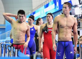 混合400メートルメドレーリレー予選で失格となり、引き揚げる(左から)水沼、酒井、大本、小関=光州(共同)